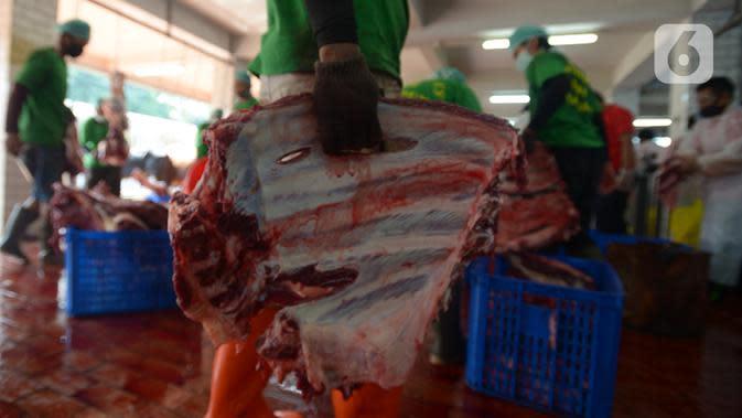 Panitia memakai sarung tangan saat memotong daging kurban di RPH Masjid Istiqlal, Jakarta, Sabtu (1/8/2020). Pemotongan hewan kurban yang terdiri dari 20 ekor sapi dan 15 ekor kambing dilakukan dengan menggunakan protokol kesehatan untuk mengantisipasi penyebaran Covid-19. (merdeka.com/Imam Buhori)