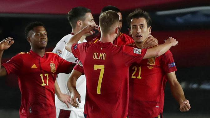 Para pemain Spanyol merayakan gol yang dicetak oleh Mikel Oyarzabal ke gawang Swiss pada laga UEFA Nations League di Stadion Alfredo di Stefano, Minggu (11/10/2020). Spanyol menang dengan skor 1-0. (AP Photo/Manu Fernandez)
