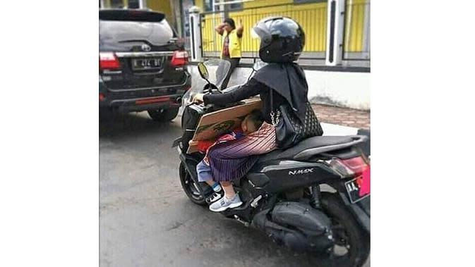 6 Kelakuan Kocak Ibu-Ibu Terlalu Santai Asuh Anak Ini Bikin Geregetan (sumber: Instagram.com/awreceh.id)