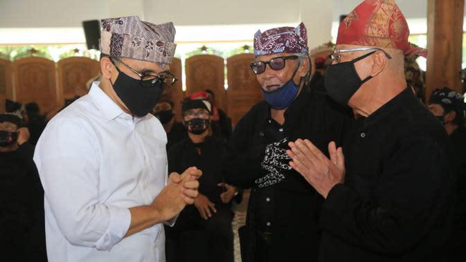 Bupati Banyuwangi Abdullah Azwar Anas melantik kepengurusan Dewan Kesenian Blambangan (DKB) periode 2018-2023 di Pendopo Sabha Swagata, Rabu (14/10/2020).