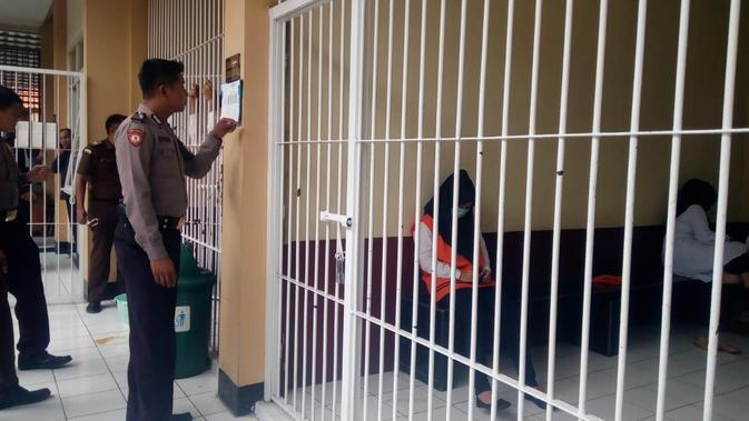 Dengan pengawalan ketat aparat, VN, salah satu terdakwa kasus Vina Garut tengah menunggunggu di ruang tahanan Pengadilan Negeri Garut (Liputan6.com/Jayadi Supriadin)