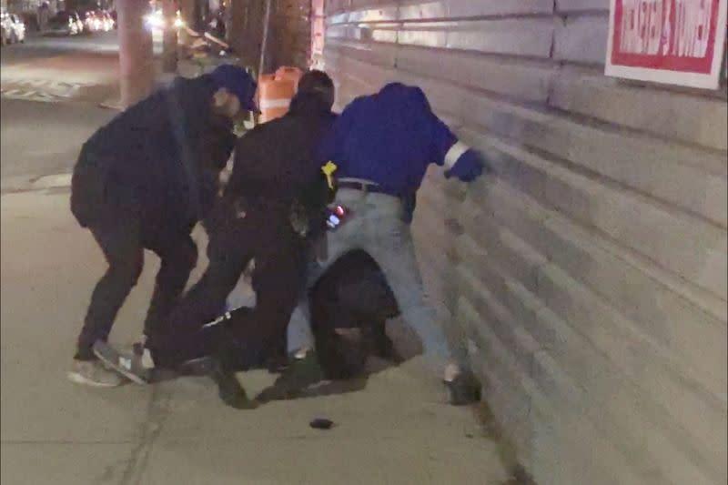 Video penangkapan pria kulit hitam picu kemarahan, NYPD selidiki