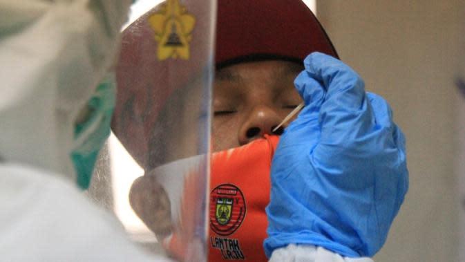 Pemain Persiraja diambil sampel lendir hidungnya saat tes swab di Laboratorium Fakultas Kedokteran Universitas Syiah Kuala (Unsyiah) Banda Aceh, Senin (21/9) pagi. (Bola.com/Gatot Susetyo)
