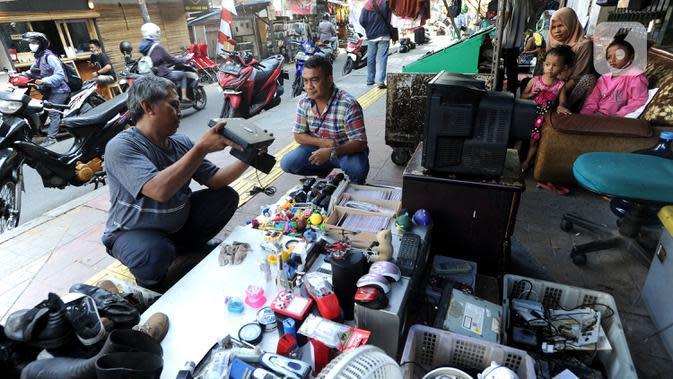 Warga mencari barang bekas di Kebayoran Vintage, Jakarta, Rabu (30/9/2020). Selama masa pandemi penjualan barang-barang bekas rumah tangga di meningkat hingga 75 % dimana warga menjual barang-barang miliknya untuk mencukupi kebutuhan hidup sehari-hari. (merdeka.com/Arie Basuki)
