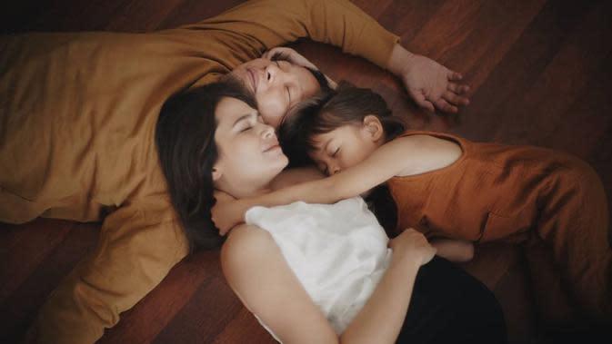 Selain lucu, keluarga kecil ini juga selalu terlihat kompak. Ini salah satu contohnya, mereka menunjukan dalam keadaan apapun selalu bersama dan berdekatan. Termasuk saat mereka tertidur pulas. (Instagram/sabaidieter)