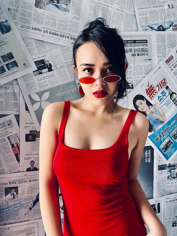 Amanda Manopo tampil mengenakan tank top merah dan aksesori warna senada (Dok.Instagram/@amandamanopo/https://www.instagram.com/p/CACocodlHup/Komarudin)