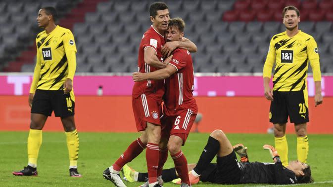 Bek Bayern Munchen, Joshua Kimmich, merayakan gol yang dicetaknya ke gawang Borussia Dortmund pada laga Piala Super Jerman di Allianz Arena, Kamis (1/10/2020) dini hari WIB. Bayern Munchen menang 3-2 atas Borussia Dortmund. (Sven Hoppe/Pool via AP)