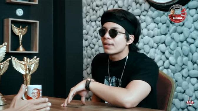 Setelah menjual kartu perdana, Atta kembali ke Indonesia. Saat itu, ia jualan mobol bekas. Menurutnya, ia tidak perlu mengeluarkan modal dan hanya mengandalkan internet untuk jualan. (Youtube/Helmy Yahya)