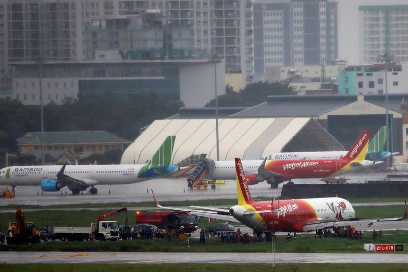 Pilots suspended after VietJet plane skids off runway