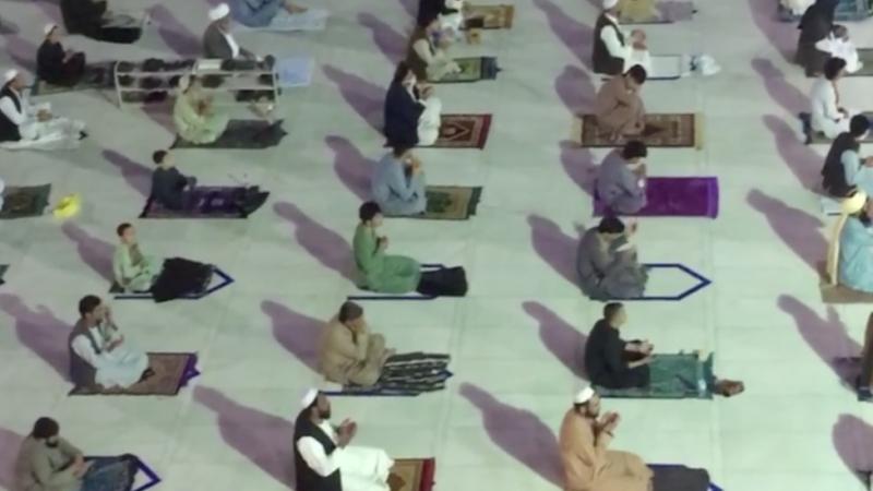 Sejumlah masjid menerapkan jaga jarak.