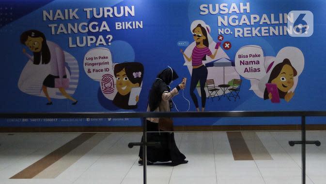 Seorang wanita berjalan di stasiun Mass Rapid Transit (MRT) di Jakarta, Sabtu (21/3/2020). Nantinya, satu kereta MRT dibatasi 60 orang saja atau 360 penumpang per rangkaian. (Liputan6.com/Johan Tallo)