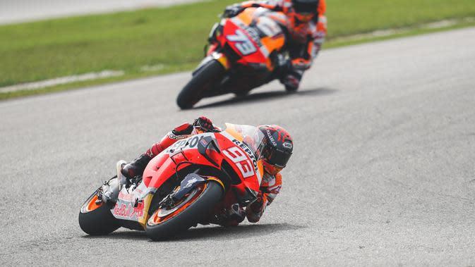 Marc Marquez tampak dibuntuti sang adik, Alex Marquez pada sesi tes pramusim MotoGP 2020 di Sirkuit Sepang, Malaysia (Twitter/Repsol Honda)