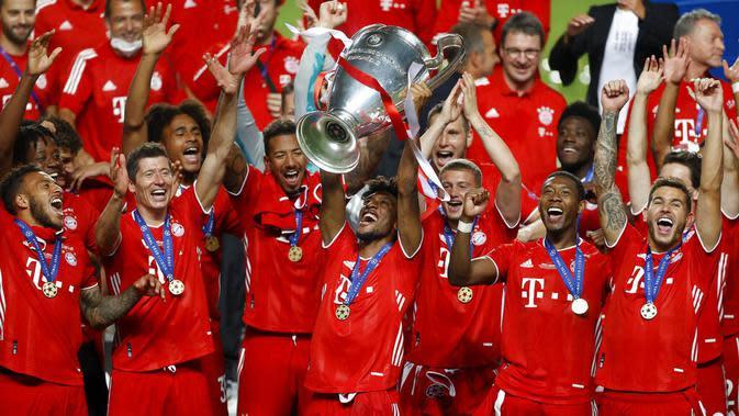 Pemain Bayern Munchen, Kingsley Coman, mengangkat trofi usai menjuarai Liga Champions di Stadion The Luz, Portugal, Senin (24/8/2020). Bayern Munchen berhasil menjadi juara usai menaklukkan PSG 1-0. (Miguel A. Lopes/Pool via AP)