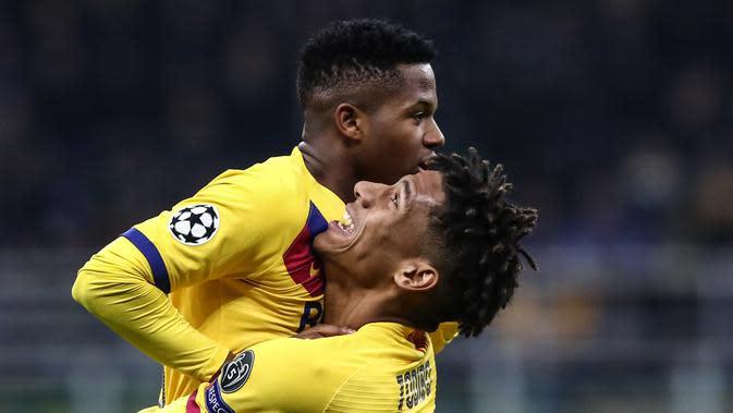 Ansu Fati (kiri) mencetak gol untuk Barcelona saat melawan Inter Milan (AFP)
