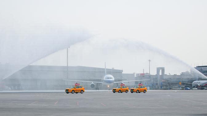 PENYAMBUTAN PETUGAS MEDIS: Pesawat pengangkut petugas medis yang diperbantukan ke Provinsi Hubei disambut tembakan meriam air saat mendarat di Bandara Internasional Taoxian Shenyang, Shenyang, Provinsi Liaoning, China, Jumat (20/3/2020). (Xinhua/Long Lei)