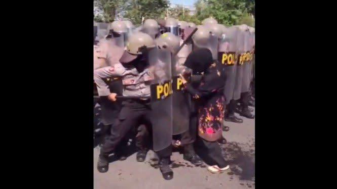 Viral Emak-emak Santai Ambil Sandal Jepit di Area Pertahanan Polisi