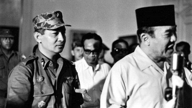 VIVA Militer: Laksamana TNI R.E Martadinata (kiri) Bersama Presiden Soekarno