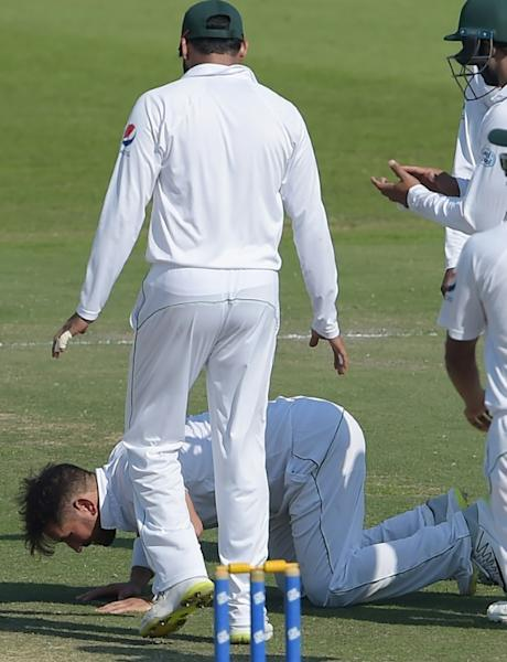 Yasir Shah gives thanks after breaking Clarrie Grimmett's 82-year-old record