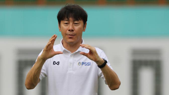 Manajer pelatih Timnas Indonesia, Shin Tae-yong, memberikan arahan saat latihan Timnas U-19 di Stadion Wibawa Mukti, Senin (13/1/2020). Pria asal Korsel ini menjadi supervisi untuk Timnas Indonesia senior, U-22, U-20, dan U-16. (Bola.com/M Iqbal Ichsan)