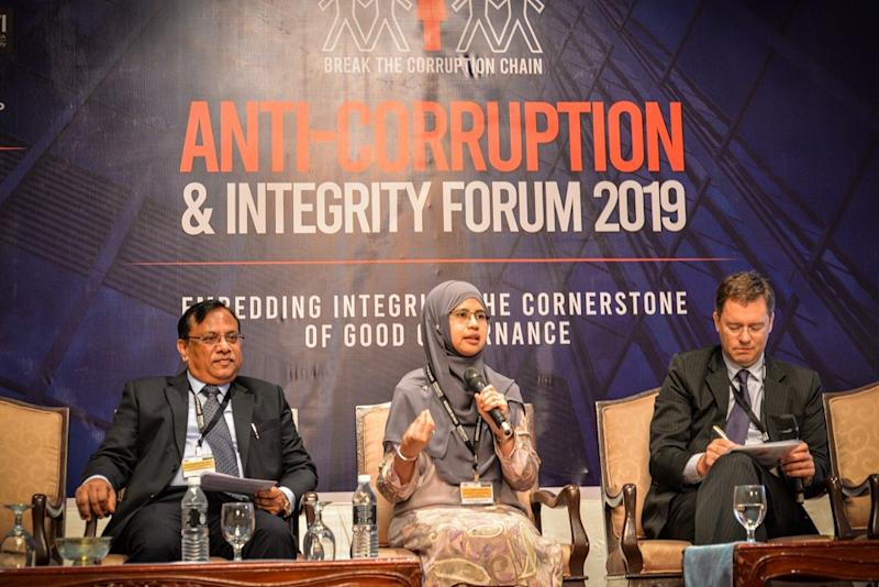(From left) Alliance IFA (M) Sdn Bhd's Prabhat Kumar, SSM Acting CEO Nor Azimah Abd Aziz and Jonathan Tay from ACPMiT Asia (right), during the Anti-Corruption and Integrity 2019 forum in Kuala Lumpur September 17, 2019. — Picture by Hari Anggara