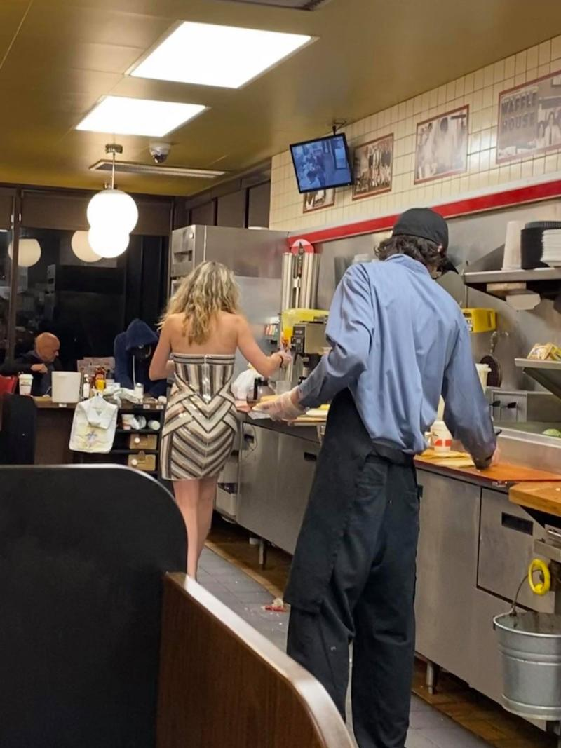 An Alabama Waffle House was short-staffed so customers rolled up their sleeves and got to work. (Photo: Courtesy of Ethan Crispo)