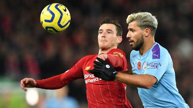 Bek Liverpool, Andrew Robertson, berebut bola dengan striker Manchester City, Sergio Aguero, pada laga Premier League di Stadion Anfield, Liverpool, Minggu (10/11). Liverpool menang 3-1 atas City. (AFP/Paul Ellis)