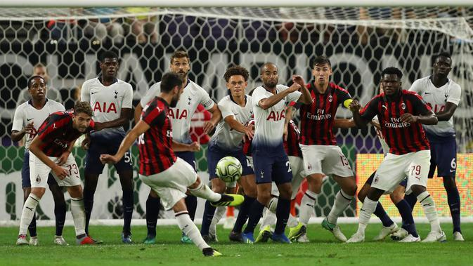 Gelandang AC Milan, Hakan Calhanoglu melakukan tendangan bebas saat bertanding melawan Tottenham Hotspur pada International Champions Cup di Minneapolis (31/7). Tottenham menang 1-0 atas Milan berkat gol Nkoudou. (AP Photo/Jeff Wheeler)