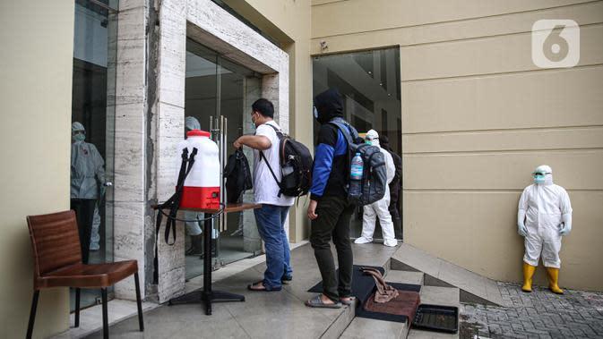 PASIEN COVID-19 TANPA GEJALA MULAI ISOLASI MANDIRI DI HOTEL: Pasien tanpa gejala Covid-19 tiba di Hotel U Stay Mangga Besar, Jakarta, Senin (28/9/2020). Sebagian OTG mulai diisolasi di hotel untuk mengantisipasi daya tampung RSD Wisma Atlet yang semkain padat. (Liputan6.com/Faizal Fanani)