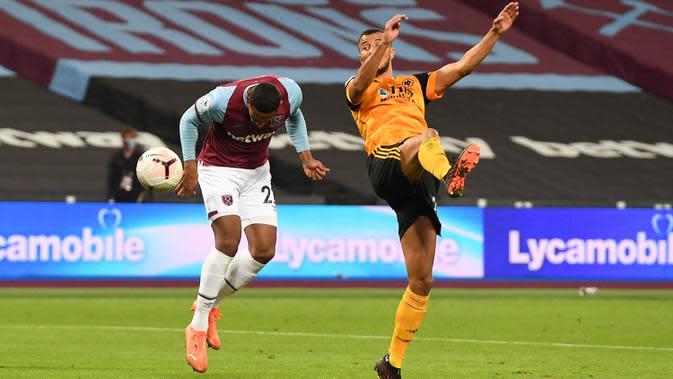 Penyerang West Ham, Sebastien Haller (kiri) mencetak gol keempat untuk timnya ke gawang Wolverhampton Wanderers dalam lanjutan Liga Inggris di London Stadium, Minggu (27/9/2020). West Ham United menang dengan skor telak 4–0 atas tamunya Wolverhampton Wanderers. (Justin Setterfield/Pool via AP)