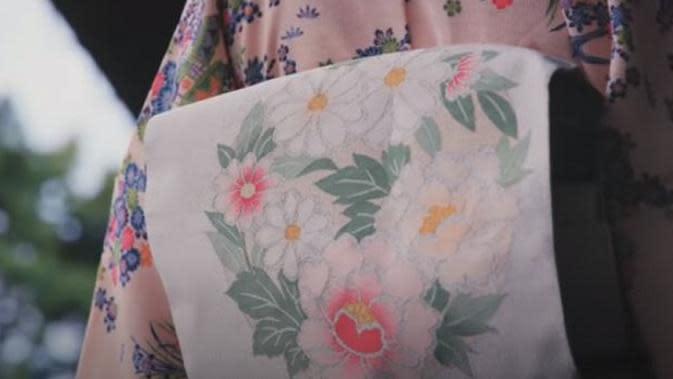 Dengan kuku bergerigi, pengrajin membuat tekstil kuno Jepang yang indah dan menawan (Dok.Instagram/@kiyoharaorimono/https://www.instagram.com/p/BmAHnqIlsg8/Komarudin)