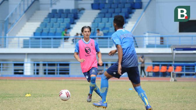 Pemain Persib Bandung, Kim Jerffrey Kurniawan (kiri) mengikuti program latihan tim di Lapangan Sport Jabar, Arcamanik, Bandung. (Bola.com/Erwin Snaz)