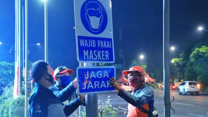 Rambu wajib pakai masker dan jaga jarak (Foto: Dok Dinas Perhubungan Kota Surabaya)