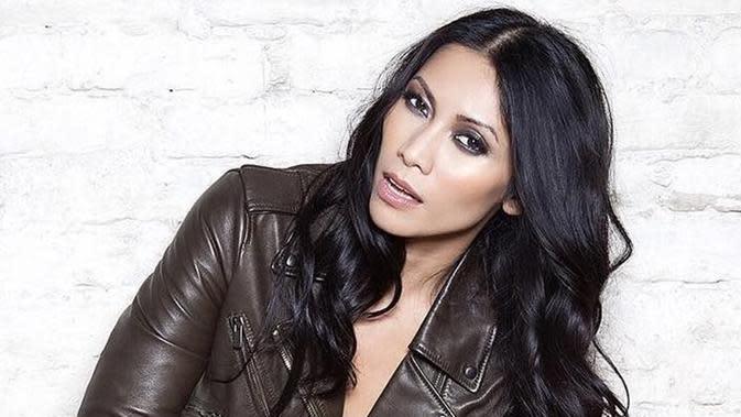 Anggun C Sasmi, penyanyi yang kini menetap di Pari memang memiliki sejuta pesona. Tak hanya punya suara merdu, parasnya yang cantik dengan makeup tebal pun banyak dikagumi. (Liputan6.com/IG/@anggun_cipta)