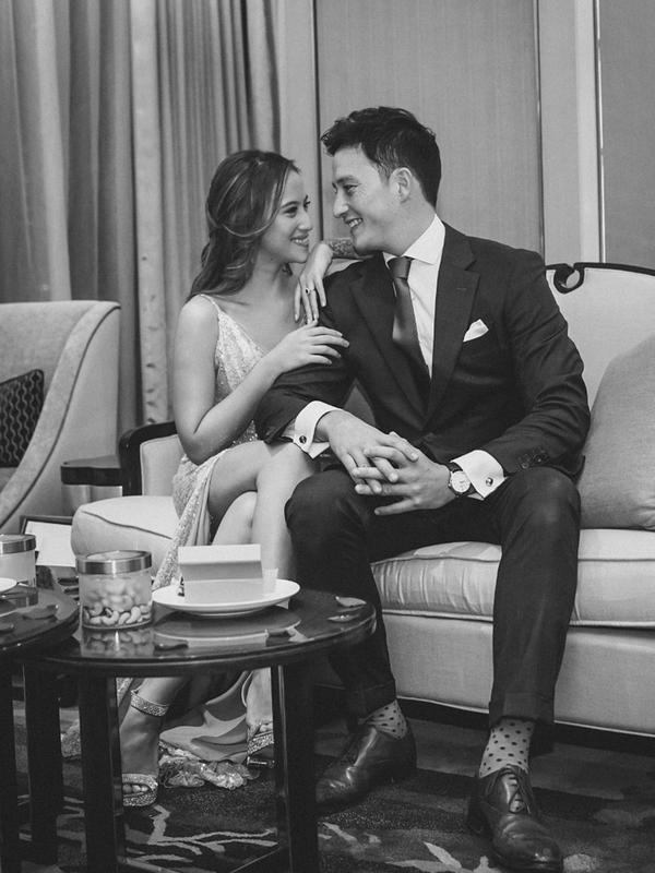 Mike Lewis dan kekasihnya, Janisaa Pradja, melangsungkan pertunangan di Raffles Hotel Jakarta pada Jumat (15/11/2019) lalu. (Sumber: Instagram/@hayuumeluncuur)