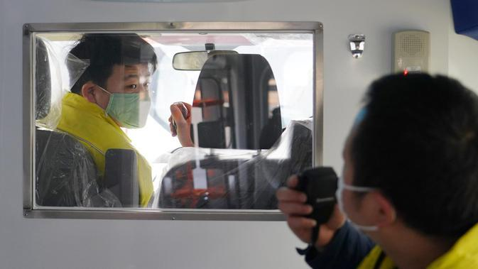 Staf menguji lampu UV dan interkom ambulans tekanan negatif di sebuah perusahaan kendaraan untuk penggunaan khusus demi memenuhi kebutuhan rumah sakit dalam upaya pencegahan dan pengendalian epidemi pneumonia coronavirus baru di Xi'an, Provinsi Shaanxi, China, 10 Februari 2020. (Xinhua/Shao Rui)