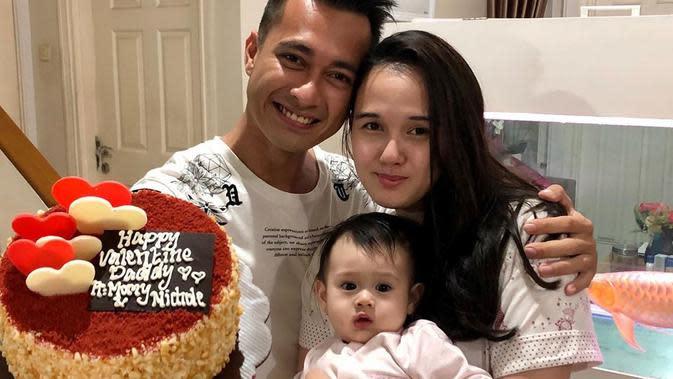 Potret Keluarga Kecil Eza Gionino dan Meiza Aulia. (Sumber: Instagram.com/ezagio)