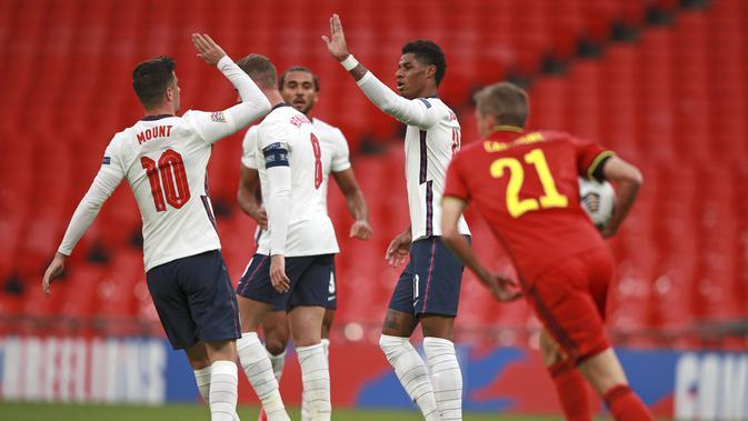 Striker Timnas Inggris Marcus Rashford (tengah) dan Mason Mount merayakan golnya ke gawang Belgia pada matchday ketiga Grup 2 A UEFA Nations League di Stadion Wembley, London, Minggu (11/10/2020). (AP Photo / Ian Walton, Pool)