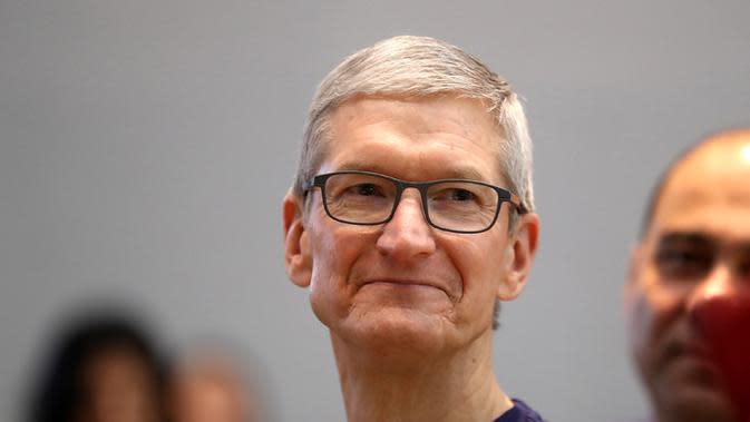 Tim Cook, CEO Apple saat berkunjung ke Apple Store 3 November 2017 di Palo Alto, California. (Doc: Gettyimage)