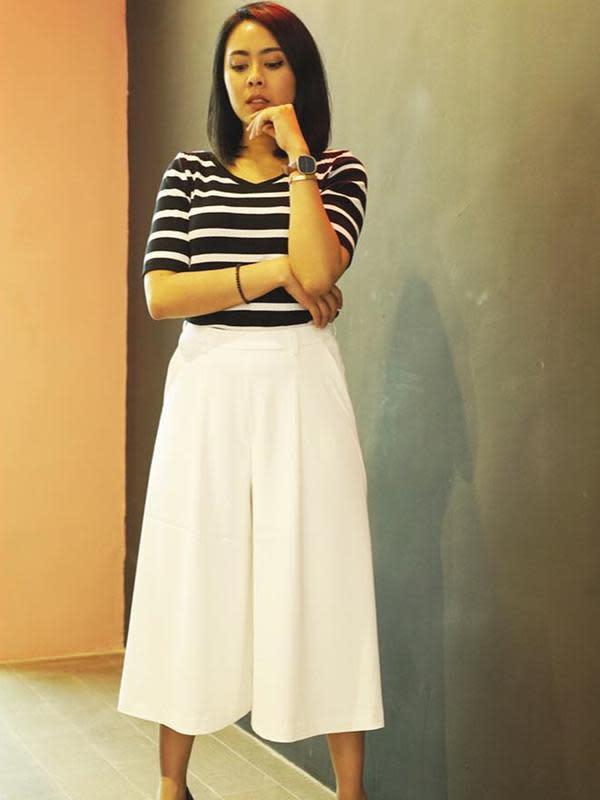 Bisa jadi inspirasi bagi anak muda lainnya yang tak mau ribet, gaya Nabila pakai kaos garis-garis dengan celana kain putih ini bisa ditiru. Gayanya yang simpel, cocok banget untuk hangout. (Liputan6.com/IG/@fastynabila)