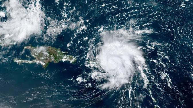 Gambar satelit GOES-16 dari National Oceanic and Atmospheric Administration (NOAA) menunjukkan Dorian, badai Kategori 1, melintasi AS dan Kepulauan Virgin Britania Raya. (NOAA via AP)