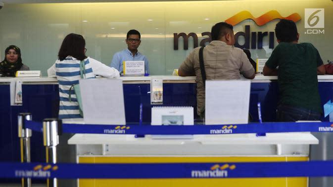 Ilustrasi nasabah melakukan transaksi di cabang Bank Mandiri. (Liputan6.com/Angga Yuniar)