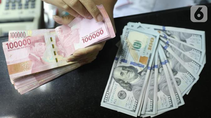 Teller menghitung mata uang rupiah dan dolar AS di Jakarta, Selasa (15/10/219). Hari ini rupiah ditutup melemah terhadap dolar AS. (Liputan6.com/Angga Yuniar)
