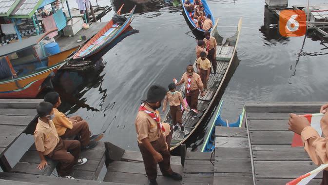 Akses menuju sekolah di pedalaman Kalimantan biasanya menggunakan perahu kecil bermesin tunggal.