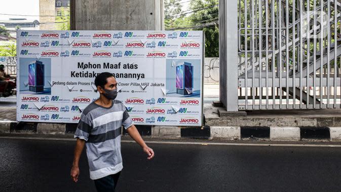 Pejalan kaki melintas di bawah Stasiun MRT Haji Nawi, Jakarta, Minggu (4/10/2020). PT Mass Rapid Transit atau MRT Jakarta menyiapkan sejumlah pilar jalur MRT sebagai media iklan untuk mengembangkan bisnis di luar pendapatan tiket atau non-farebox. (Liputan6.com/Faizal Fanani)