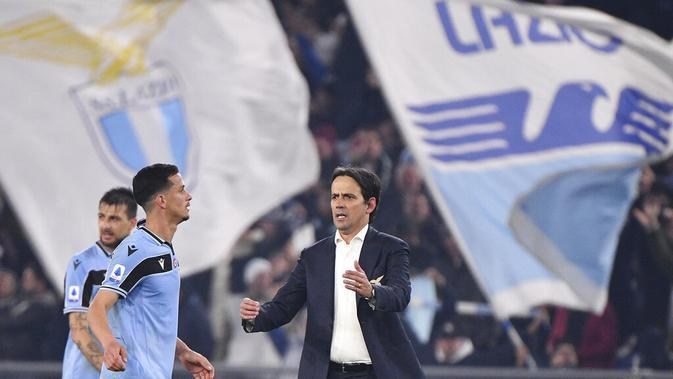 Pelatih Lazio, Simone Inzaghi, merayakan kemenangan atas Inter Milan pada laga Serie A di Stadion Olympico, Minggu (16/2/2020). Lazio menang 2-1 atas Inter Milan. (AP/Alfredo Falcone)