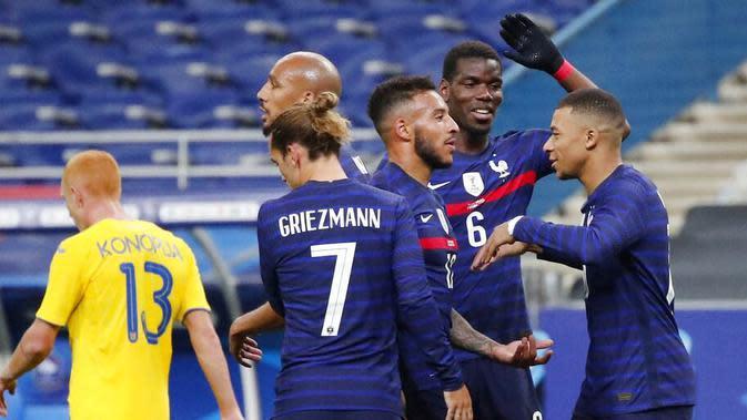 Para pemain Prancis merayakan gol yang dicetak oleh Corentin Tolisso ke gawang Ukraina pada laga uji coba di Stade deFrance, Kamis (8/10/2020). Prancis menang dengan skor 7-1. (AP Photo/Francois Mori)