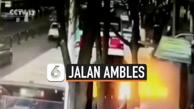 VIDEO: Detik-Detik Bus 'Ditelan' Aspal Jalan, 6 Orang Tewas