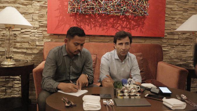 Mantan pelatih Timnas Indonesia, Luis Milla, usai bertemu dengan PSSI di New World Manila Bay Hotel, Jumat malam (29/11). Pelatih asal Spanyol itu memberikan presentasi tentang rencananya untuk Timnas Indonesia. (Bola.com/Zulfirdaus Harahap)