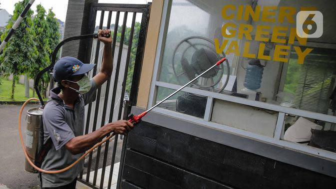 Warga melakukan penyemprotan cairan disinfektan di perumahan Cinere Green Valley, Tangerang Selatan, Banten, Kamis (26/3/2020). Penyemprotan disinfektan secara mandiri ini dilakukan untuk mengantisipasi penyebaran virus corona COVID-19 di lingkungan mereka. (Liputan6.com/Faizal Fanani)