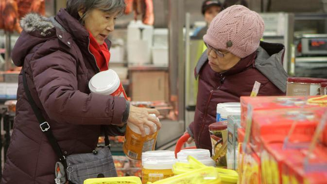 Para pelanggan berbelanja makanan untuk menyambut Tahun Baru Imlek yang akan segera tiba di Pasar Swalayan Pricesmart di Vancouver, Kanada, 14 Januari 2020. Warga di Kanada membeli sejumlah keperluan khusus untuk menyambut Tahun Baru Imlek yang tahun ini jatuh pada 25 Januari. (Xinhua/Liang Sen)
